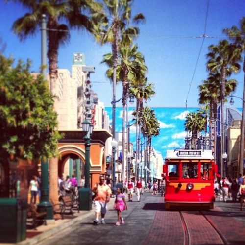 Happy. #trolley #disney #paradise #twitter (at Disney California Adventure Park)