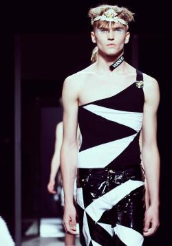 wgsn:  Guys: Will you be wearing @JW_Anderson 's tiaras and one-shoulder garms come summer 2014?  #Versus @Versace