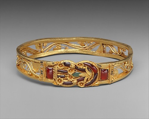 Golden armband with Herakles knot Armband inlaid with garnets, emeralds and enamels. The herakles knot was thought to cure wounds and evert evil. This made the knot a very popular piece of jewellery.  Hellenistic 3rd - 2nd century BC Source: The Metropolitan Museum
