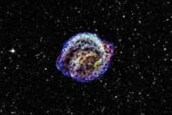 perlestelle:  Kepler's Supernova Remnant in X-Rays Image Credit: X-ray: NASA/CXC/NCSU/M. Burkey et al. Optical: DSS Explanation: What caused this mess? Some type of star exploded to create the unusually shaped nebula known as Kepler's supernova remnant, but which type? Light from the stellar explosion that created this energized cosmic cloud was first seen on planet Earth in October 1604, a mere four hundred years ago. The supernova produced a bright new star in early 17th century skies within the constellation Ophiuchus. It was studied by astronomer Johannes Kepler and his contemporaries, without the benefit of a telescope, as they searched for an explanation of the heavenly apparition. Armed with a modern understanding ofstellar evolution, early 21st century astronomers continue to explore the expanding debris cloud, but can now use orbiting space telescopes to survey Kepler's supernova remnant (SNR) across the spectrum. Recent X-ray data and images of Kepler's supernova remnant taken by the orbiting Chandra X-ray Observatory has shown relative elemental abundances typical of a Type Ia supernova, and further indicated that the progenitor was a white dwarf star that exploded when it accreted too much material from a companion Red Giant star and went over Chandrasekhar's limit. About 13,000 light years away, Kepler's supernovarepresents the most recent stellar explosion seen to occur within our Milky Way galaxy.