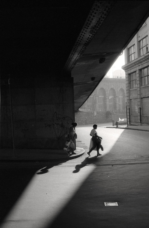 luzfosca:  Orville Robertson Under the Brooklyn Bridge, NYC, 1986 From NYC Street Corners series