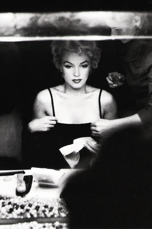 vintagegal:  Marilyn Monroe photographed by Sam Shaw, 1954
