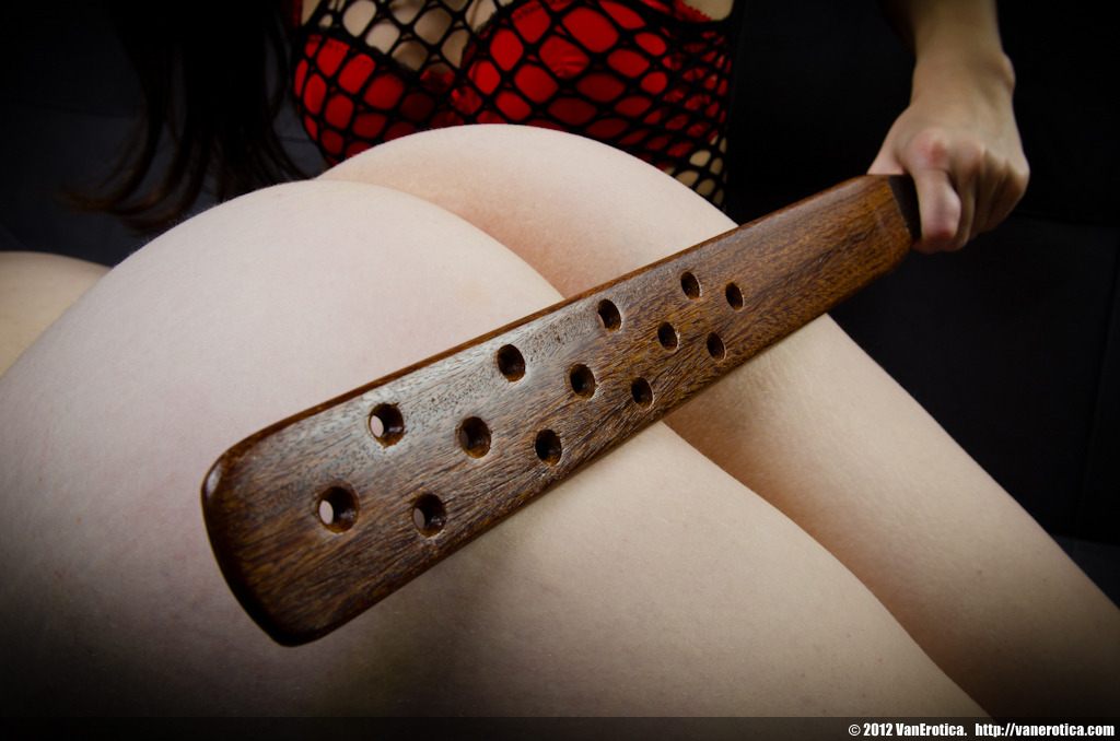 daddystigerlily:  passius:  ninh:      passius:  Owww, I bet this paddle is very stingy