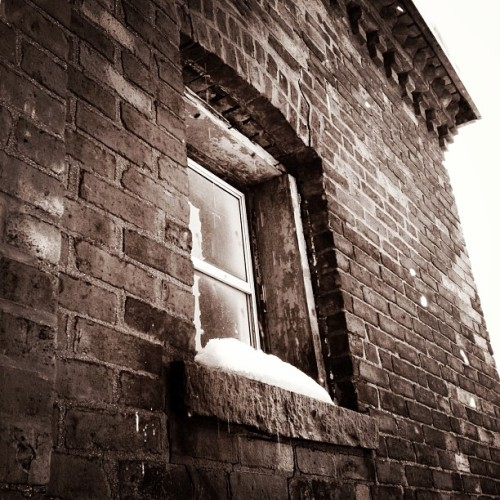 She came in thru the bathroom window. #bridgeport #brick #window #texture #brickdetails #roofline #corner #lines #mabp #iphoneography