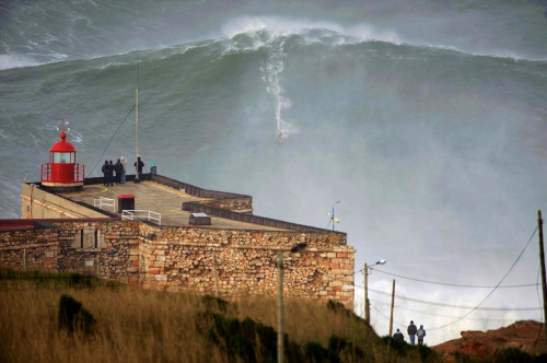 "Garrett McNamara surfs the ""100 ft"" wave yesterday. http://www.guardian.co.uk/sport/2013/jan/29/surfer-garrett-mcnamara-100ft-wave"