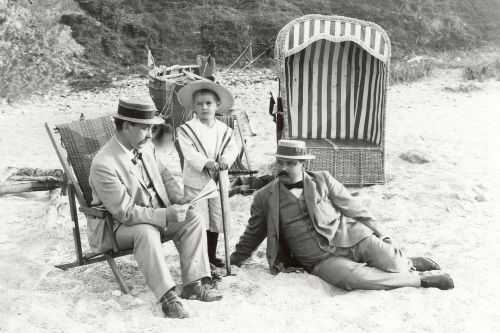 walzerjahrhundert:  Three Edwardian gentlemen enjoying the beach,1910