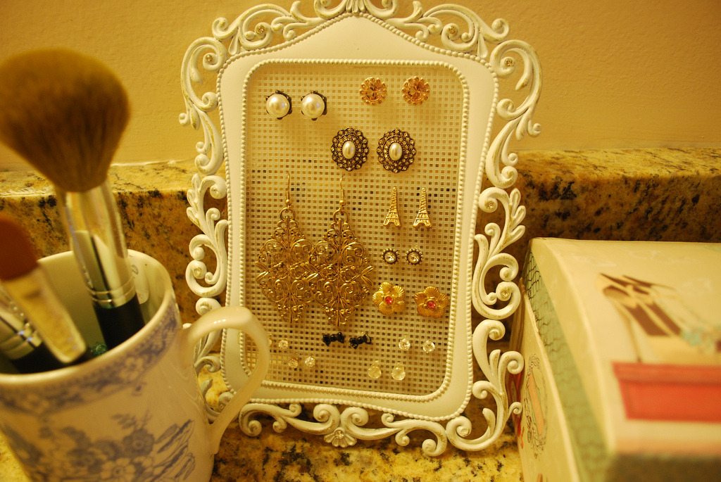My DIY earrings holder! (by xoheathermariie)