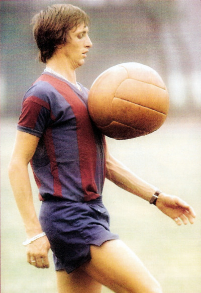 Johan Cruyff jongle avec un ballon dirigeable. FC Barcelona. (70's).