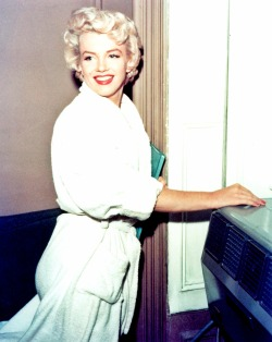 in-lovemarilynmonroe:  Marilyn Monroe on the set of The Seven Year Itch, 1954.