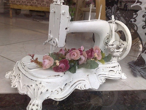 vintagestitchbeauties:  I bet this sewing machine did not come in white originally, but it makes for a nice display… (via Vintage Sewing Machines)