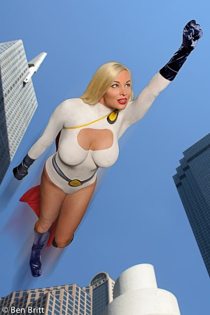 (via Cosplay&#160: PowerGirl - Pingouin Grincheux)