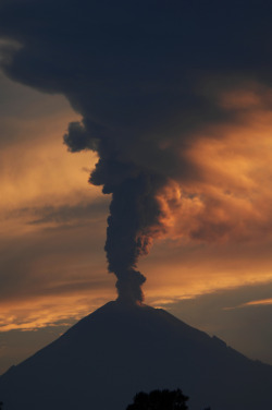 vurtual:  Raging volcano at sunset (by Cristobal Garciaferro)