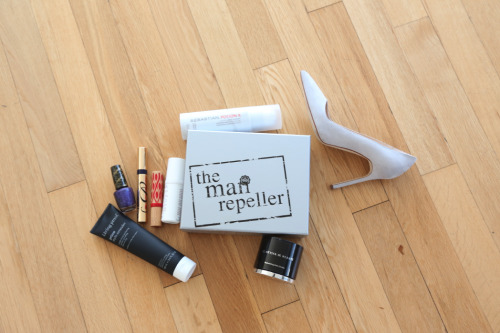 themanrepeller:  Order yo' box! http://bit.ly/WJqIrj  Calling all beauty junkies and sample lovers! Glossybox sets are awesome. Might push me to switch from Birchbox!