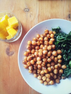 goalstopursue:  Lunch: roasted morrocan spiced chickpeas, garlic kale chips and mango at the side.