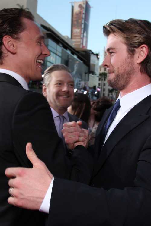 Tom Hiddleston and Chris Hemsworth arrive at the Los Angeles premiere of 'Thor' at the El Capitan Theatre on May 2, 2011 in Hollywood, California [HQ]