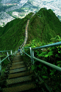 visitheworld:  The Haʻikū Stairs, also known as the Stairway to Heaven in Oahu Island, Hawaii (by Priit Siimon).