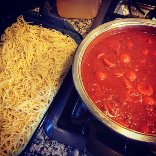 Making my Filipino Spaghetti for FASA SA UWT's MOVIE NIGHT/POTLUCK TONIGHT 6:30pm @ the MAT 😁🍝🍝🍝🍝🍝🍝🍝 #masarap #filipino #fasasauwt #spaghettipababa