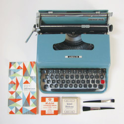 papeteries:  Vintage Olivetti Lettera 32 Typewriter by lovelypigeon  This is my baby<3