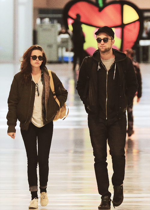 44/100 Favorite pictures of Rob and KristenNovember 26, 2012 - flying home to LA from New York