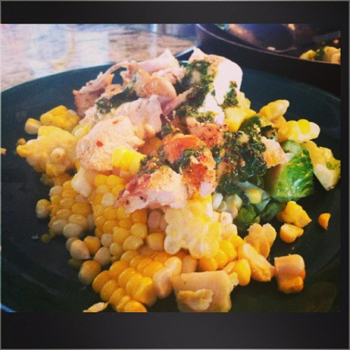 Sweet corn is here! 😍 Chicken with chimmichurri sauce, garlic brussel sprouts, and corn (add sugar to the water before boiling to make it super delicious!) Summer's coming! ☀🌷🌴 #dinner #corn #chicken #chimmichurri #healthy #brusselsprouts #veggies #fit #summer