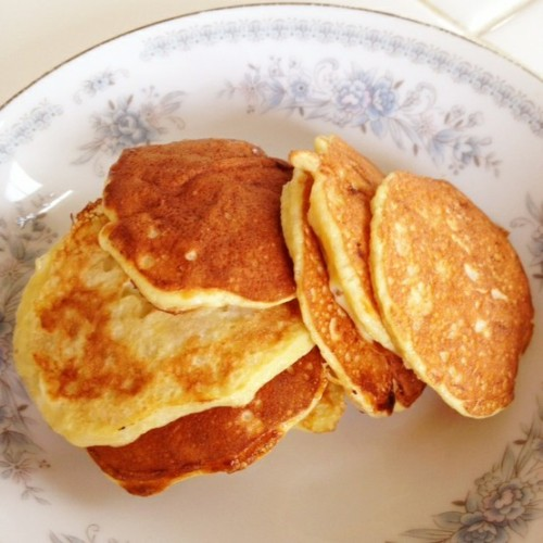 Healthy Pancakes 1 ripe, mashed banana2 full eggsDash of vanilla Dash of cinnamonFresh chopped fruitCombine and fry and top with fruit for delicious, natural pancakes.
