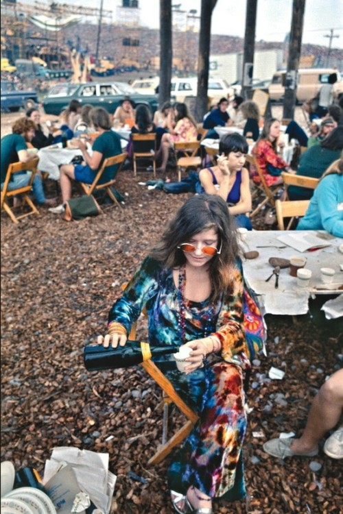 the60sbazaar:  Janis Joplin pours herself a drink at Woodstock   heheh tatlım :)