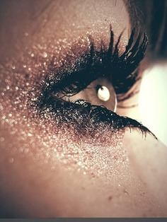 Love this glitz makeup! Check more stunning eye makeup here.