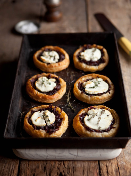 kiyoaki:  (vía red wine caramelised onions & goats cheese tartlets | Drizzle and Dip)