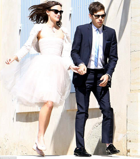 Keira Knightley and James Righton tie the knot at the Mazan Town Hall, in France. The bride wore a strapless tulle dress, cropped boucle jacket and ballet pumps all by Chanel.