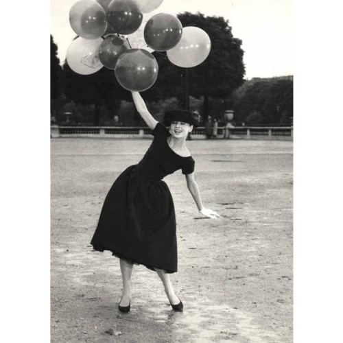 rzkadesiw:  twink fly me to… - David Seymour, Audrey Hepburn with balloons in…   ❤ liked on Polyvore