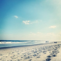 Beach Day. Finally. #beach #sand #waves #seashore #sea #shore #ocean #sunny #mothersday #pineknollshores #nc #nccoast #coastalnc #coast #coastal #coastalcarolina #beachlife #sobx #crystalcoast # (at The ClamDigger Inn)
