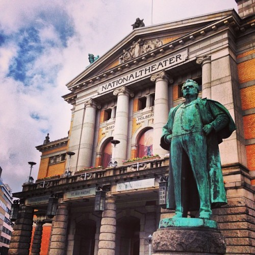 Oslo Nationaltheatret #oslo #nationaltheatret #oslove #igoslo #norway #ilovenorway #ignorway #norway2013 #norwaylovers #norwaytrip #norwaypics #norwayswag #oslogram #osloswag #instagood #instagram #photo #photography #photooftheday #picoftheday #instago #igdaily #instadaily #webstagram #iphone4s #igoftheday @_gaia__  (presso Nationaltheatret)