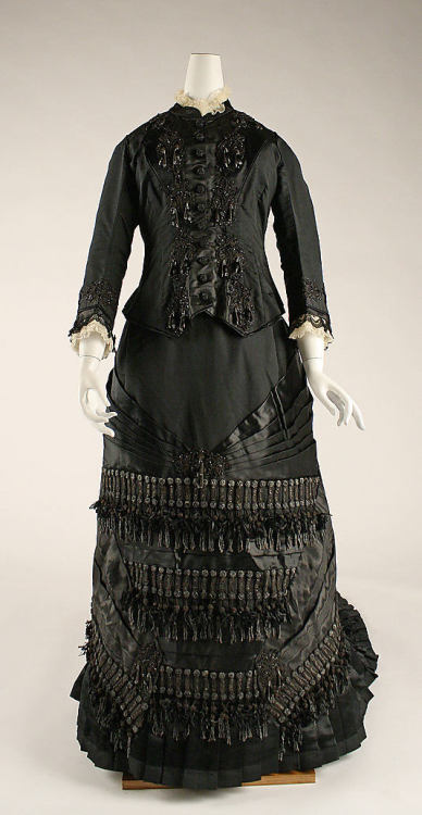 Mourning dress by Amédée François, ca 1880 France, the Metropolitan Museum of Art