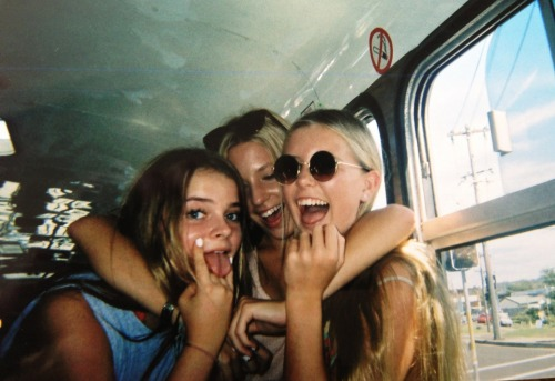 daisiae:  paralellism:  girl friends  ☾☆ ☾☆