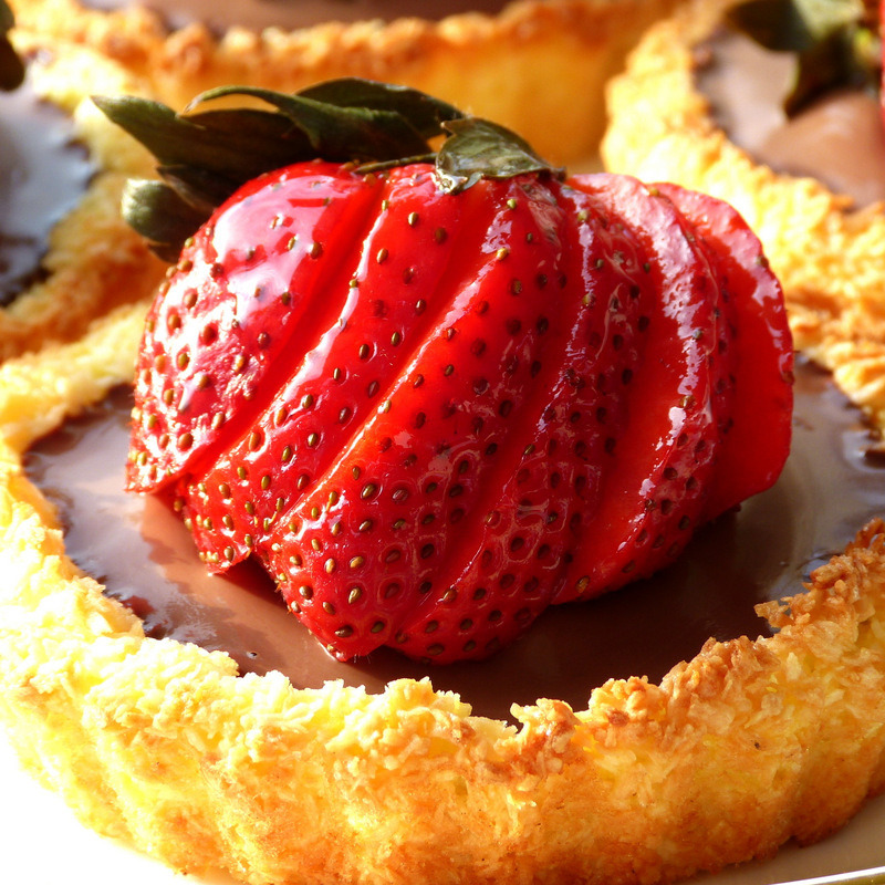 Chocolate Strawberry Macaroon Tartlett (via Gato-Azul)