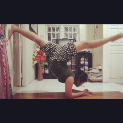 Please back, co-op with me -,- this sucks #contortion #dance #gymnastics #fit #health #yoga #elbowstand #split #ballet #pose #cheerleading #Indonesia