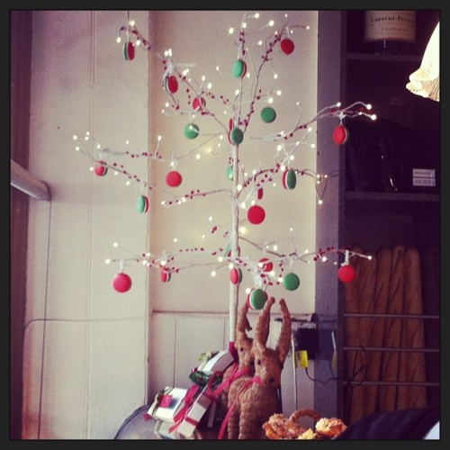 Wish my Xmas tree was like this. #macaron #xmas #therocks (at La Renaissance Café Pâtisserie)