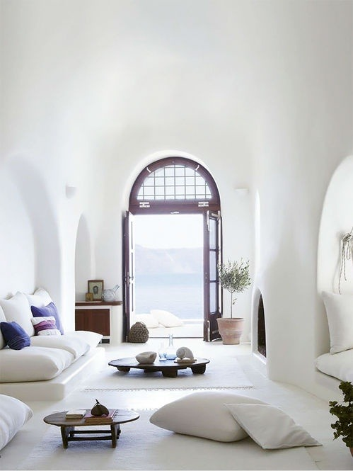 myidealhome:   white pillows and natural light