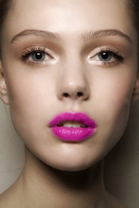 Fuchsia lips with gold shimmery eye makeup, what a lovely look in summer. Get even more party elements from here.