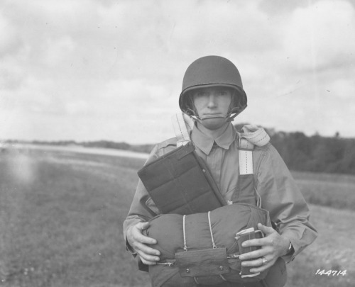 Commander of the 503rd PIR, Major James Yardley, on maneuvers in GB in August 1942