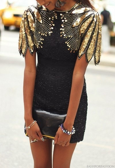 whatwouldkhaleesiwear:  What Would Khaleesi Wear?Gold Epaulet-like sleeves with texture for dragon scales!