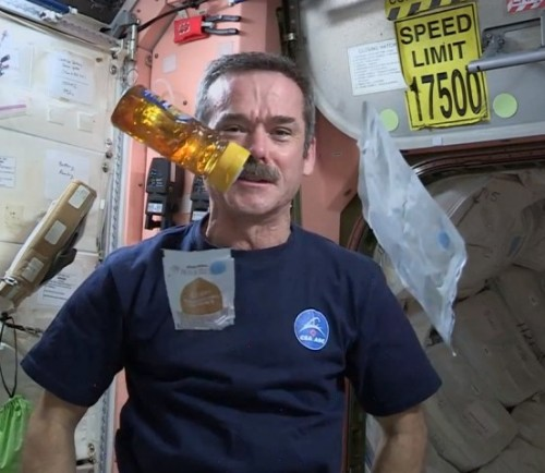 WATCH #CHRISHADFIELD MAKE A SANDWICH IN SPACE!by Blaire Bercy http://bit.ly/WWaqNg