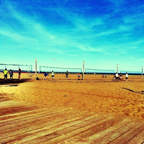 Tis the season for sand, sun, and #volleyball. #toronto #beachlife #may #igers #ignation #igtoronto #ilovetdot #instagood #instatoronto #beach #sky #boardwalk #sun  (at Beach Volleyball)