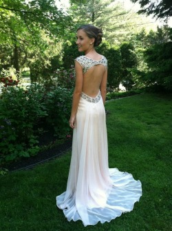sparklyandsassy:  apoor-littlerichgirl:  l-oulie:  prom!  Perf  ^Yes this dress is so pretty