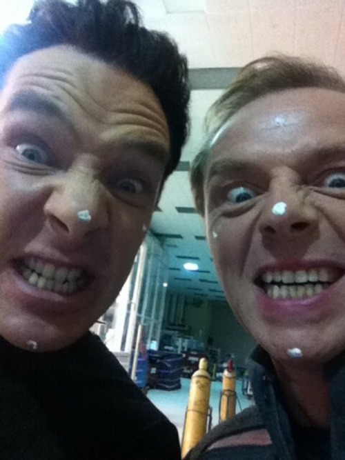 cumberbuddy:  @simonpegg: Me and Cumbersbumberswumbers wearing neutron cream. Before we told him it wasn't real. http://t.co/L4x6WaqHwc  #intodarkness OH MY GOD