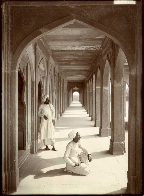 mpdrolet:  Cloisters at Akbar's Tomb, Agra, India, 1907 Herbert Ponting