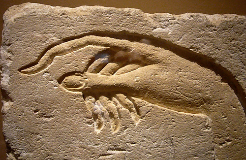 acqua-di-fiori:  Hand of Akhenaten making an offering to Aten - Sandstone  Ancient Egypt from Ashmunein Dynasty 18 Metropolitan Museum of Art  Now introducing; yuri hands