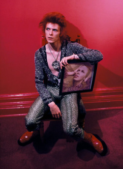 vinylespassion:  David Bowie avec son album Hunky Dory, photographié par Mick Rock en 1972.