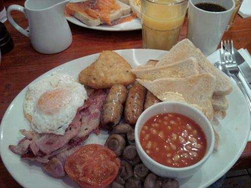 Tamikaze's Berlin bout-day breakfast:  Triple English breakfast.  Three eggs, three sausage, three bacon, tomato, mushrooms, baked beans, hash browns, toast, OJ, and tea.