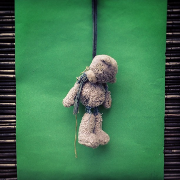 🐻🚫 ::: #teddybear #bear #plush #toy #killed #kids #toys #animal #green #outside #photo #photooftheday #picoftheday #bestoftheday #center #crostagram #europe #april #rope #funny #fun #scary #sutro #iphonephoto #middle #cute